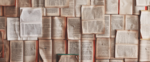 libri aperti su un tavolo, fotografia